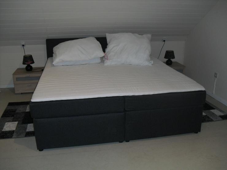 180x200 Box-Springbett, komplett mit Topper Kissen Decken 2 Nachttische mit Lampen