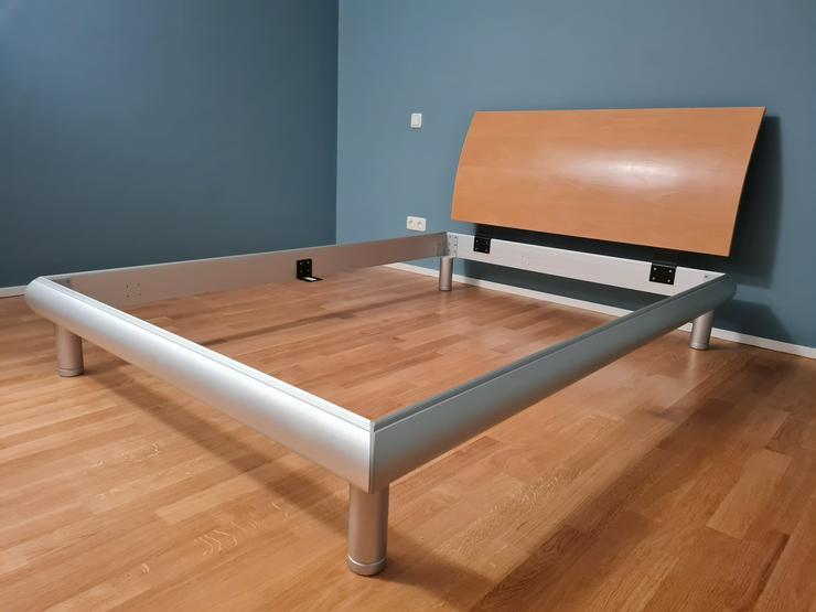 Designer-Bett 140 x 200 cm, Gestell Alu , Kopfteil Buche massiv, 200 EUR