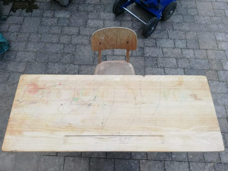 alter Schultisch mit Stuhl