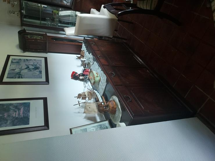 Bild 2: Esszimmer mit Vitrine und Sidebord Tisch und Stühle