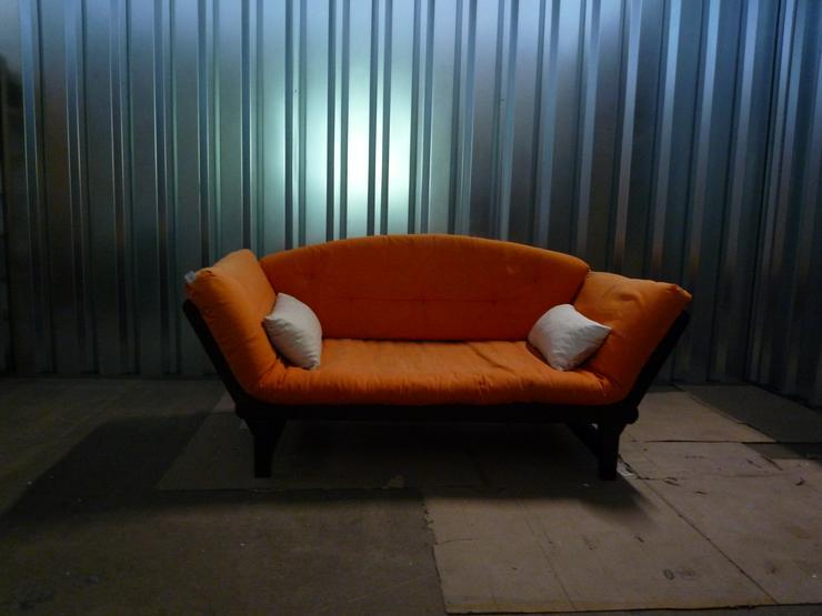 Futon-Couch, orangener Bezug, zum Ausklappen