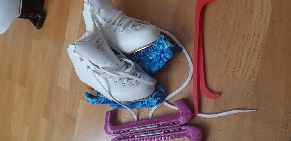 Bild 4: Ice Skates shoes and snow helmet