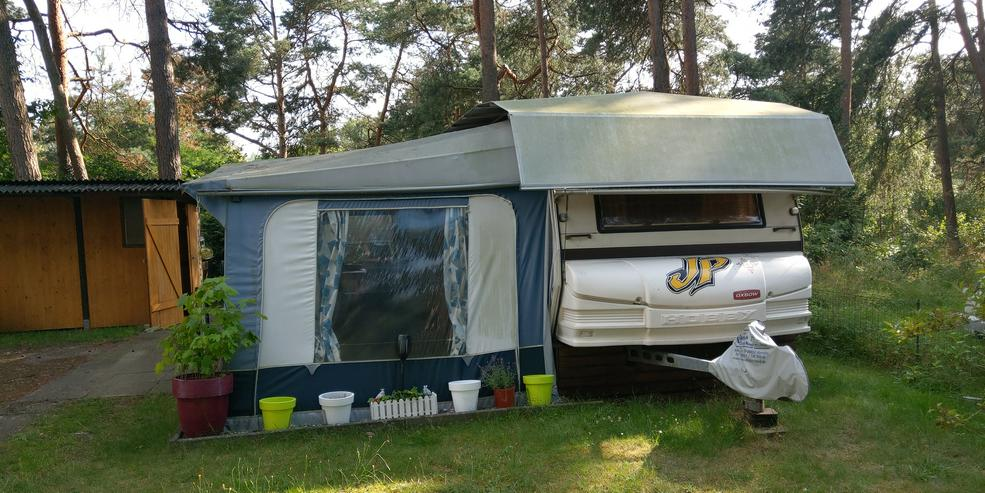 Wohnwagen mit Schutzdach und Vorzelt