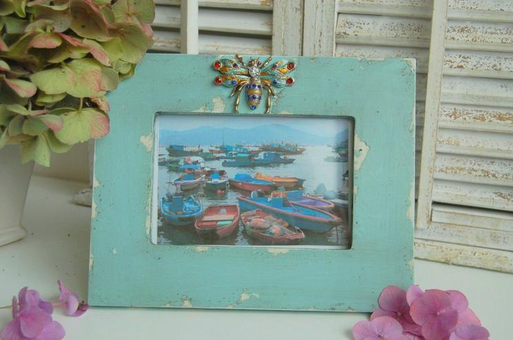Bild 4: Shabby chic Bilderrahmen in der Farbe aqua mit Käfer Verzierung