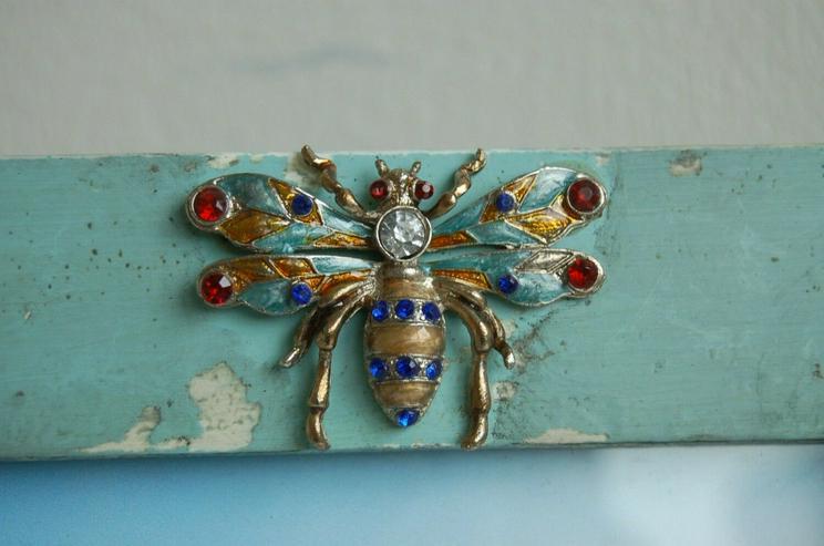 Bild 3: Shabby chic Bilderrahmen in der Farbe aqua mit Käfer Verzierung