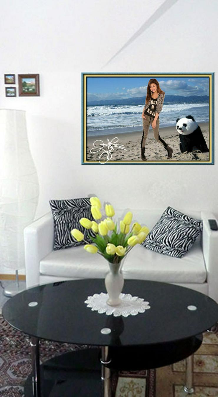 Bild 4: ZENDAYA mit Panda. Star Souvenir. Geschenkidee. Zimmerdeko.  Blickfang. Unikat, Wandbild. Neuheit. Sammelobjekt.