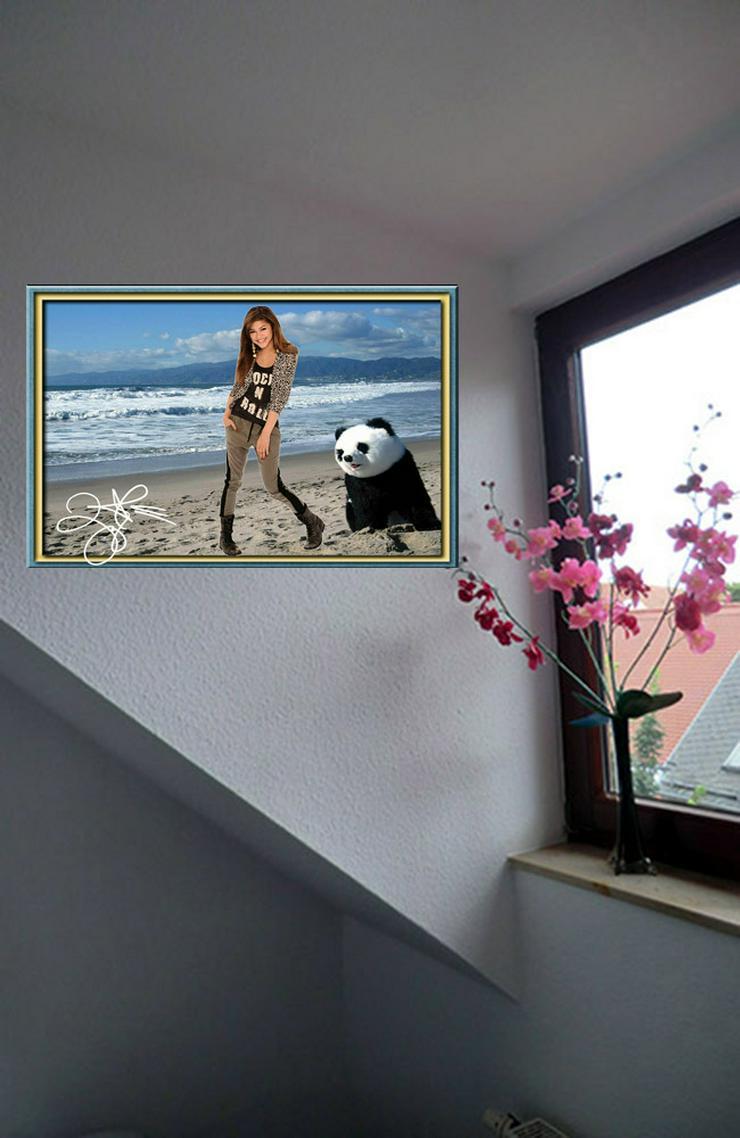 Bild 5: ZENDAYA mit Panda. Star Souvenir. Geschenkidee. Zimmerdeko.  Blickfang. Unikat, Wandbild. Neuheit. Sammelobjekt.
