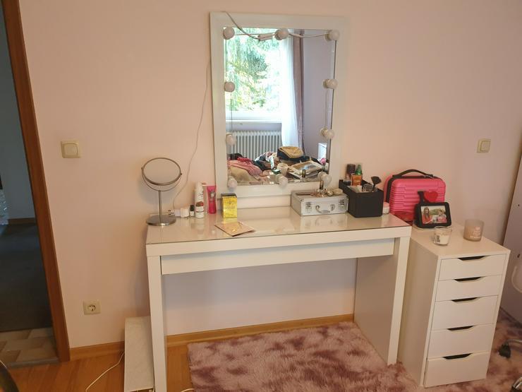 Schminktisch mit Spiegel und Schubladenmöbel