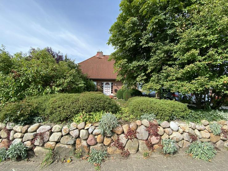 Massives Wohnhaus mit Doppelgarage, Vollkeller und kreativem Prachtgarten im Rundlingsdorf Gollau/Wendland - Haus kaufen - Bild 1