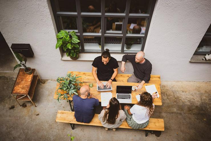Bild 2: Arbeitsplatz in grünem und persönlichem Ambiente