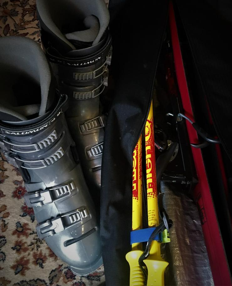 Skiausrüstung komplett mit Ski, Stöcken, Schuhen u. Transportsack