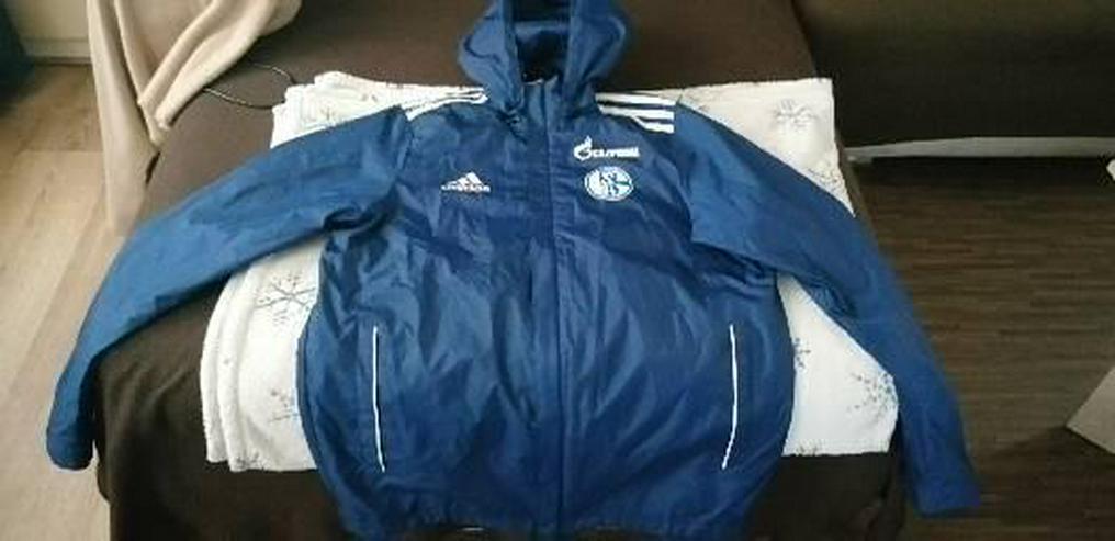 Regenjacke von Schalke 04.