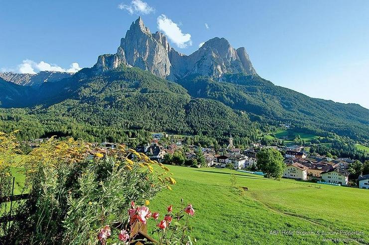 Bild 2: Südtirol Seiseralm! Exklusives Komfort Hotel in Seis am Schlern mit großem Grundbesitz z...