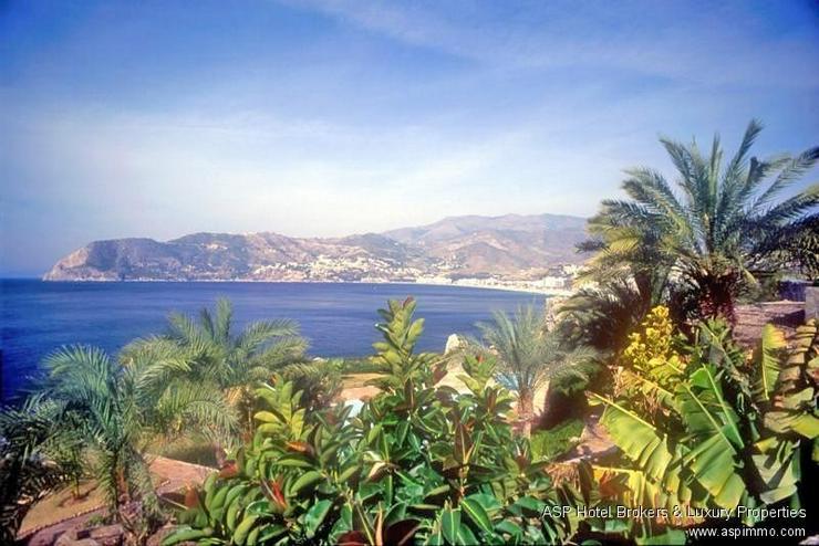 2009 neu erbautes Bungalow Hotel-Resort an der subtropischen Küste von Almunecar, Granada...