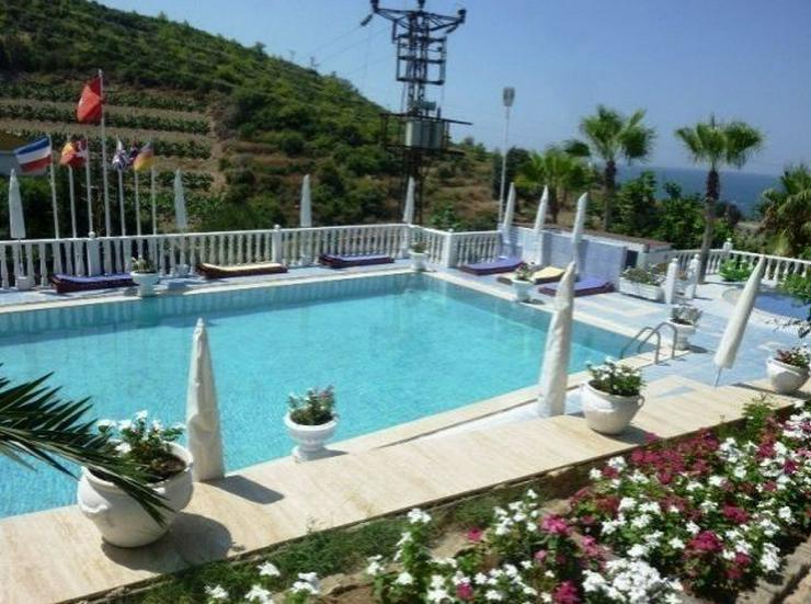 Doppelhaushälften in wunderschöner Residenz mit Pool - Haus kaufen - Bild 1