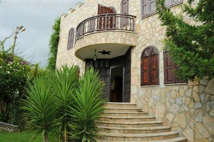 Villa im Burgstil mit großem Grundstück, viel Platz und traumhaften Meerblick!
